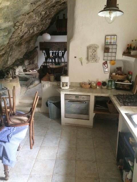 Home staging lieux atypique maison troglodyte for Cuisine atypique deco