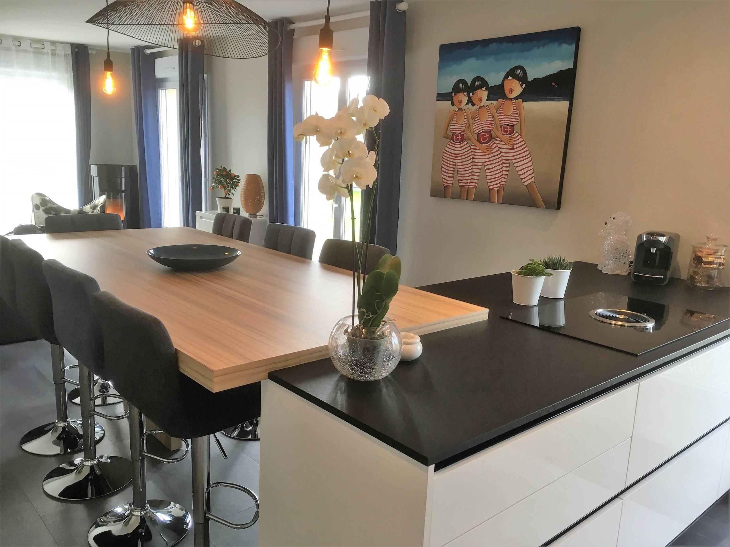 Jolie réalisation d'une cuisine sans poignées en laque brillante