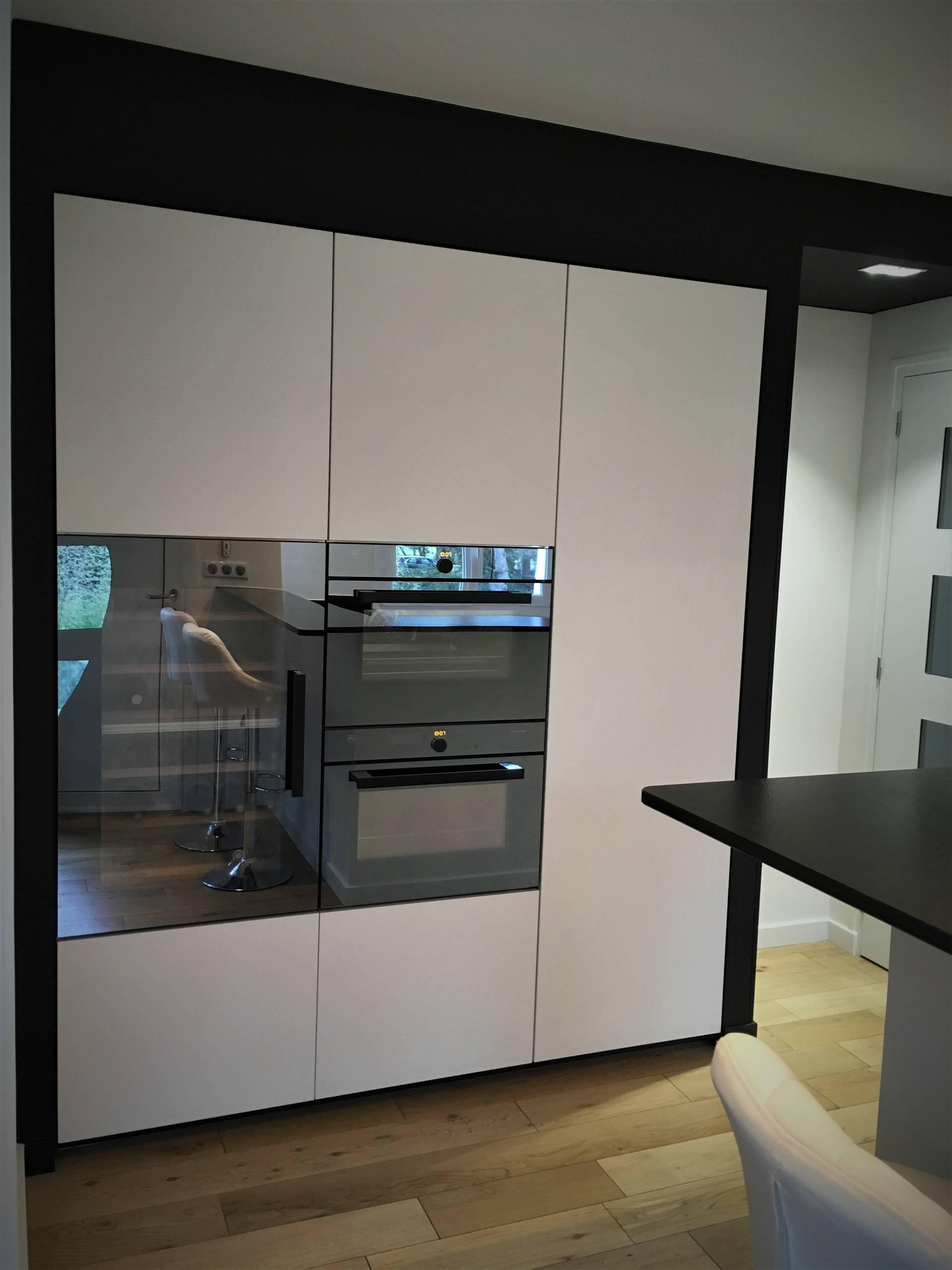 Jolie rénovation d'une cuisine dans les tons noir et blanc