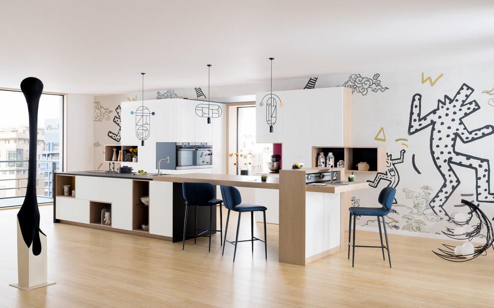 Réalisation d'une cuisine parallèle design avec un placard à porte plane, des portes de placard blanches, un plan de travail en bois, un sol en bois clair, un îlot central, un sol beige, un plan de travail beige et papier peint.
