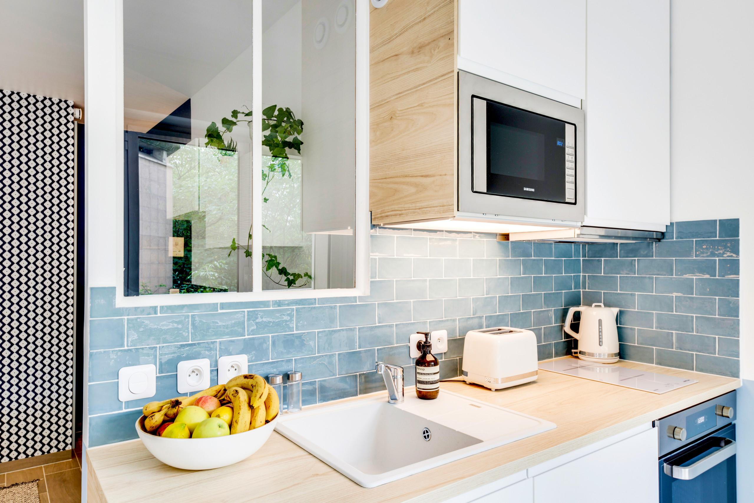 La cuisine après la rénovation : cuisine blanche bois et bleu