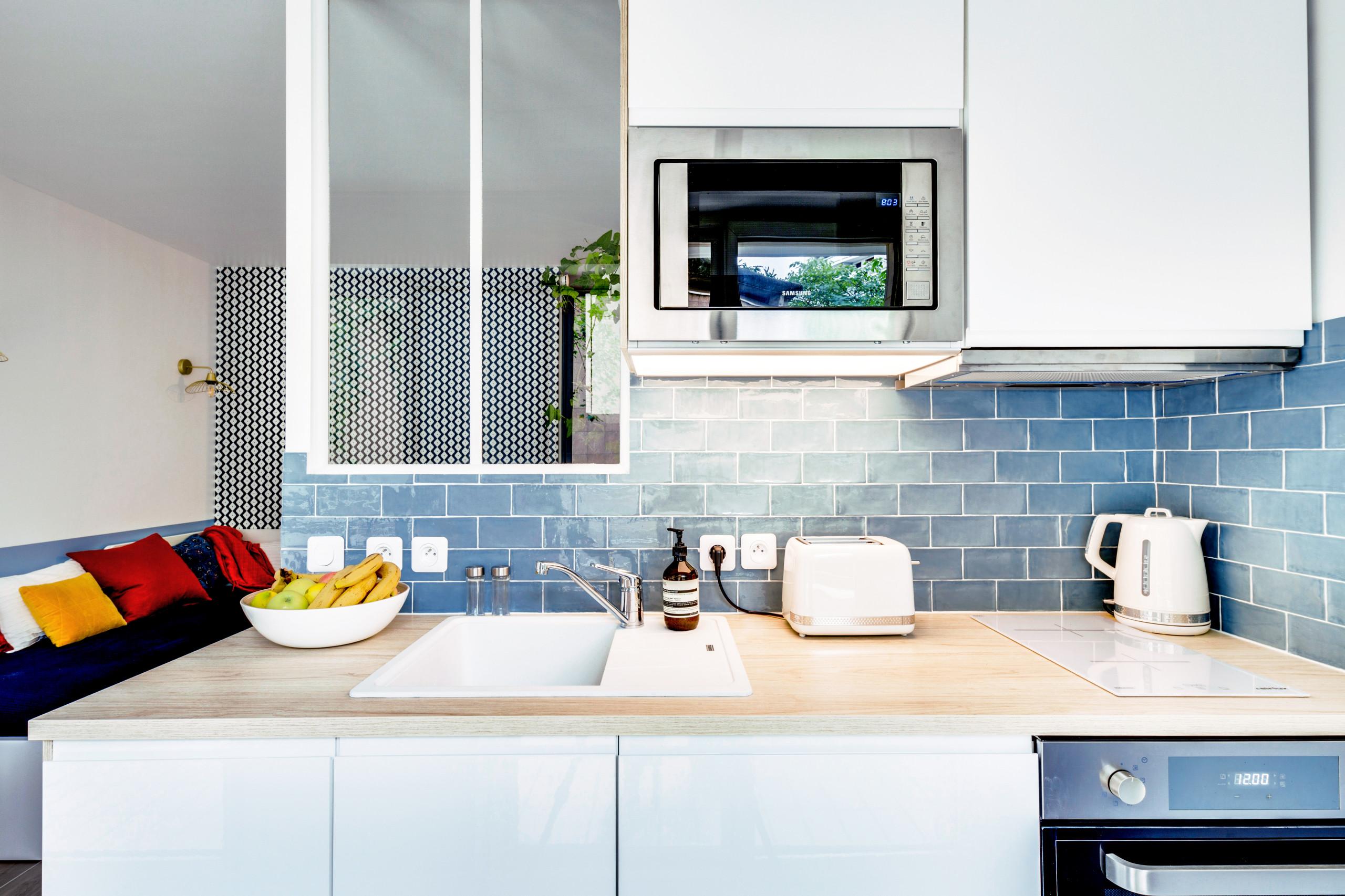 La cuisine avec sa verrière sur-mesure après travaux