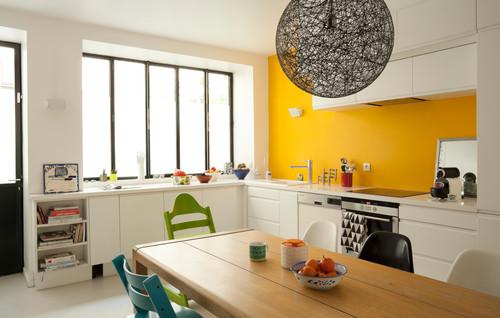 キッチン背面に黄色のアクセントクロス