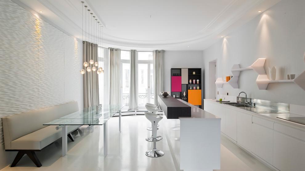 Idee per una grande cucina minimal con ante bianche e un'isola