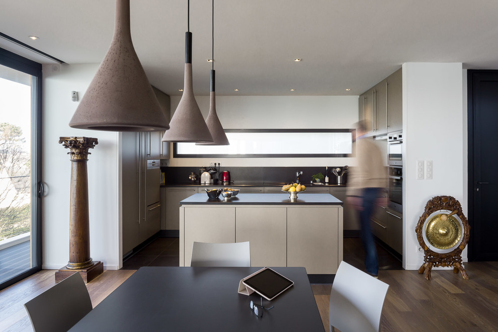 Mid-sized contemporary u-shaped eat-in kitchen in Brest with an island.