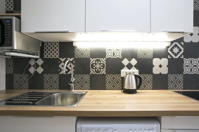 Aménagement d'une petite cuisine linéaire contemporaine avec un plan de travail en bois et un plan de travail beige.
