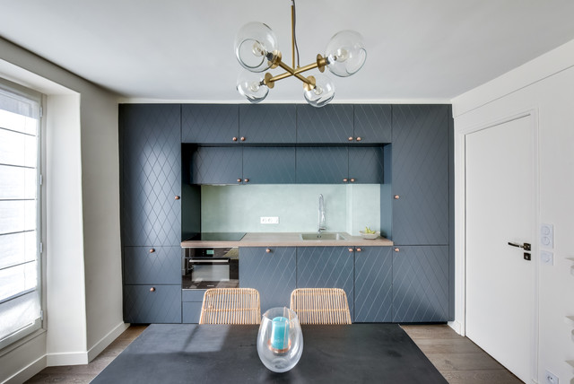 Small trendy single-wall dark wood floor eat-in kitchen photo in Paris with & Photographies pour Transition Interior Design - Cuisine contemporaine