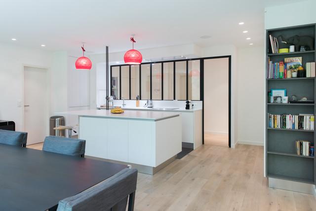 r alisation d 39 une cuisine ouvert avec lot central dans une finition blanc mat moderne. Black Bedroom Furniture Sets. Home Design Ideas