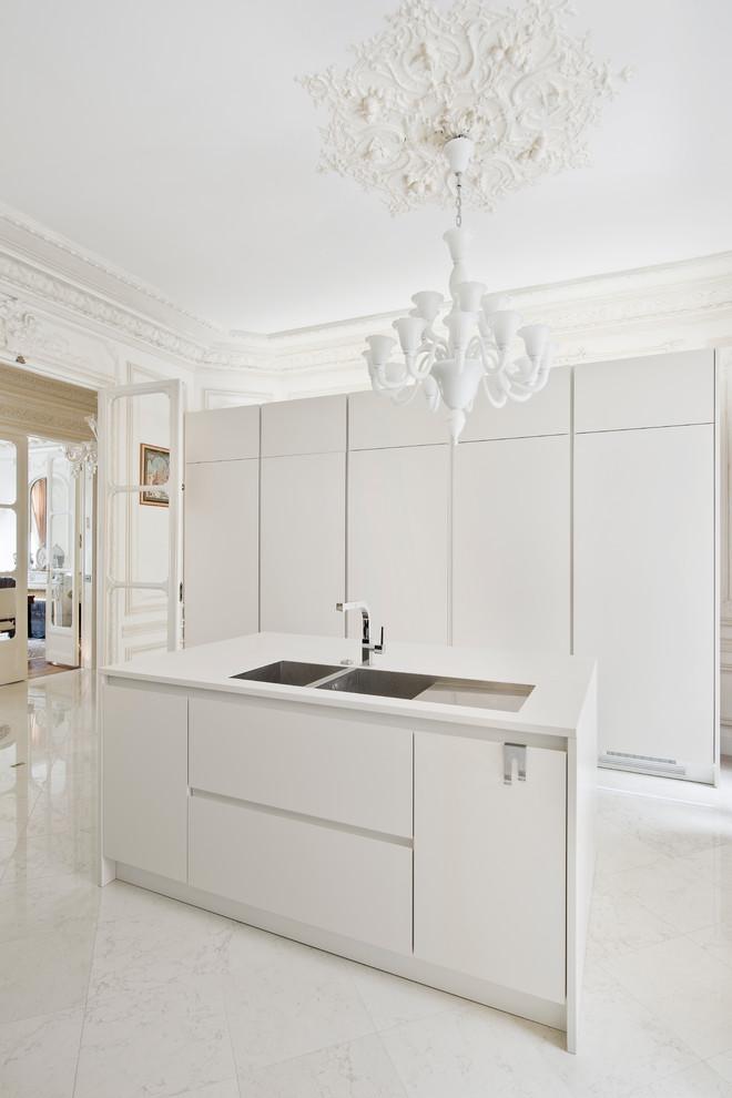 Idee per una cucina minimal chiusa e di medie dimensioni con lavello a doppia vasca, ante lisce, ante bianche, pavimento in marmo e isola