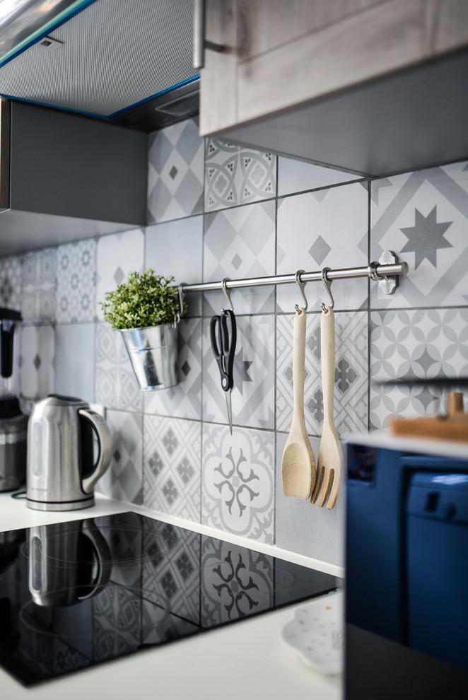Exemple d'une petite cuisine parallèle rétro fermée avec un évier intégré, un placard à porte affleurante, des portes de placard en bois brun, un plan de travail en stratifié, une crédence multicolore, une crédence en carreau de ciment, un électroménager blanc, un sol en carreaux de ciment et un sol multicolore.