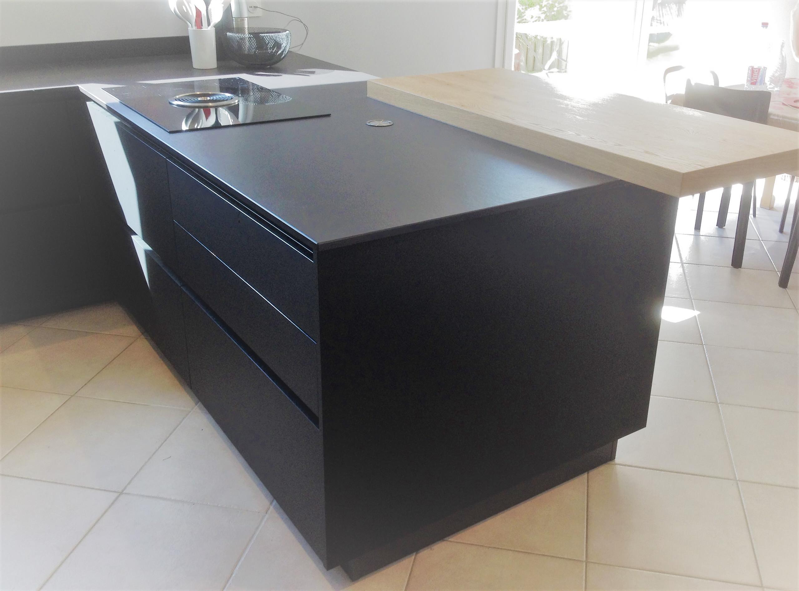 Rénovation d'une cuisine dans les tons noir et gris cendre