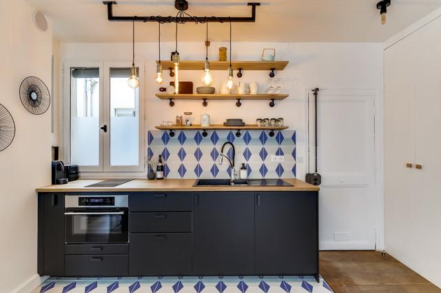 Esempio di una piccola cucina boho chic con lavello a doppia vasca, ante nere, top in legno, paraspruzzi multicolore, paraspruzzi con piastrelle in pietra, elettrodomestici da incasso, pavimento con piastrelle in ceramica e pavimento multicolore