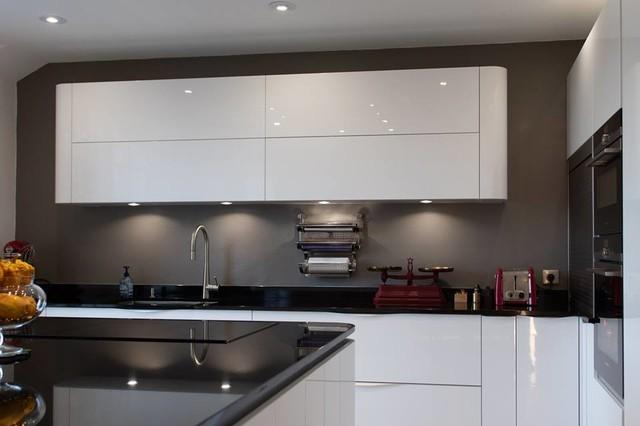 Superbe cuisine blanche avec plan de travail en granite ...