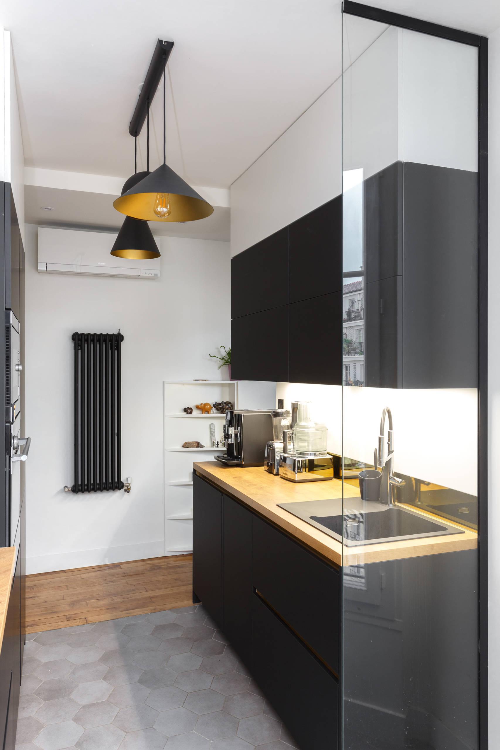 Un espace cuisine noir et or