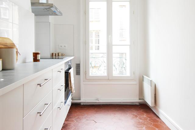 Idee per una cucina lineare classica chiusa e di medie dimensioni con lavello a vasca singola, ante bianche, top in laminato, paraspruzzi bianco, nessuna isola, pavimento rosso e top bianco