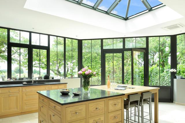 Incroyable Mediterrane Küche Mit Zwei Kücheninseln Und Weißem Boden In Lyon