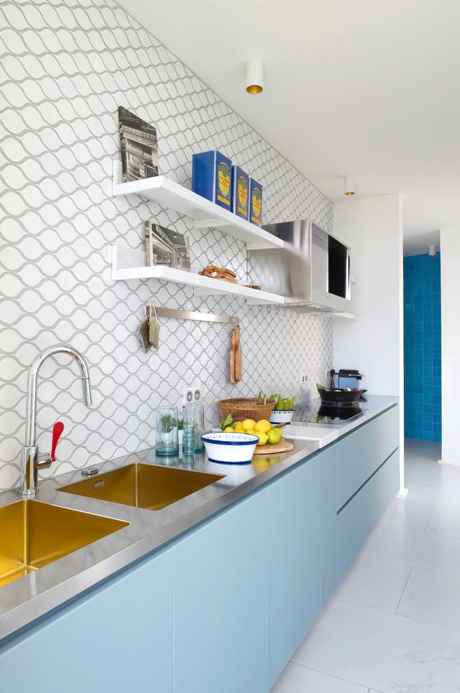Idées déco pour une cuisine ouverte linéaire contemporaine de taille moyenne avec un évier 2 bacs, un placard à porte plane, une crédence multicolore, des portes de placard bleues et aucun îlot.