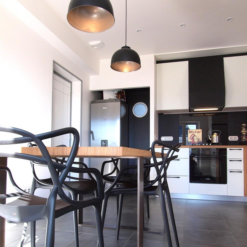 - Vue Vers Le Frigo Et Le Cellier (hublot) - Modern - Kitchen