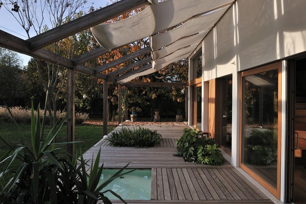 Deck - modern deck idea in Miami