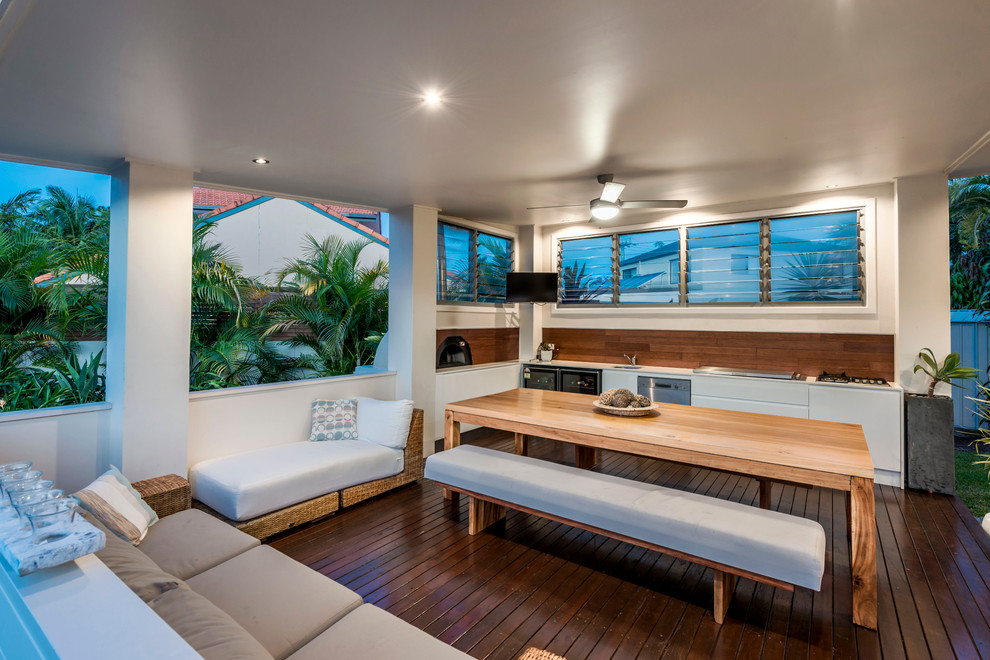 Design ideas for a tropical deck in Gold Coast - Tweed.