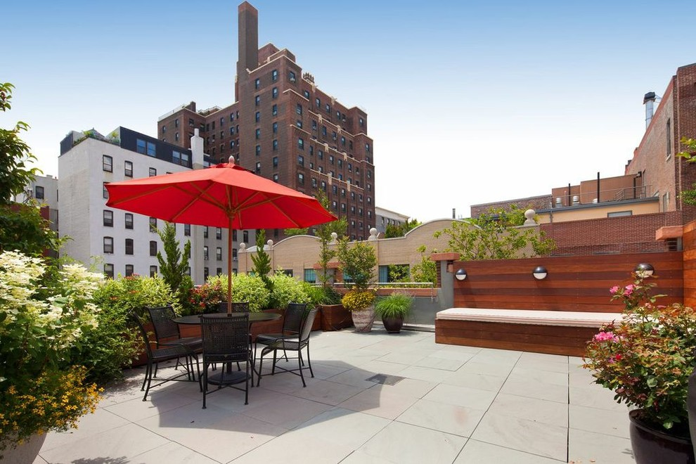 Example of a trendy rooftop deck container garden design in New York