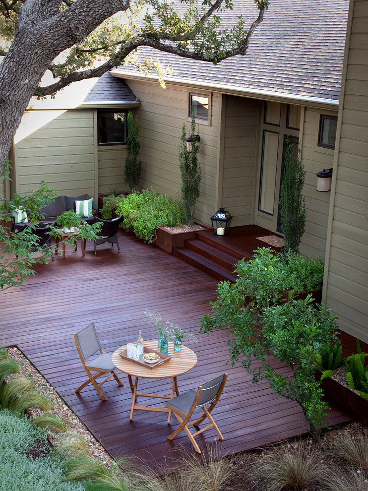 Inspiration for a mid-sized timeless backyard deck remodel in Austin with no cover