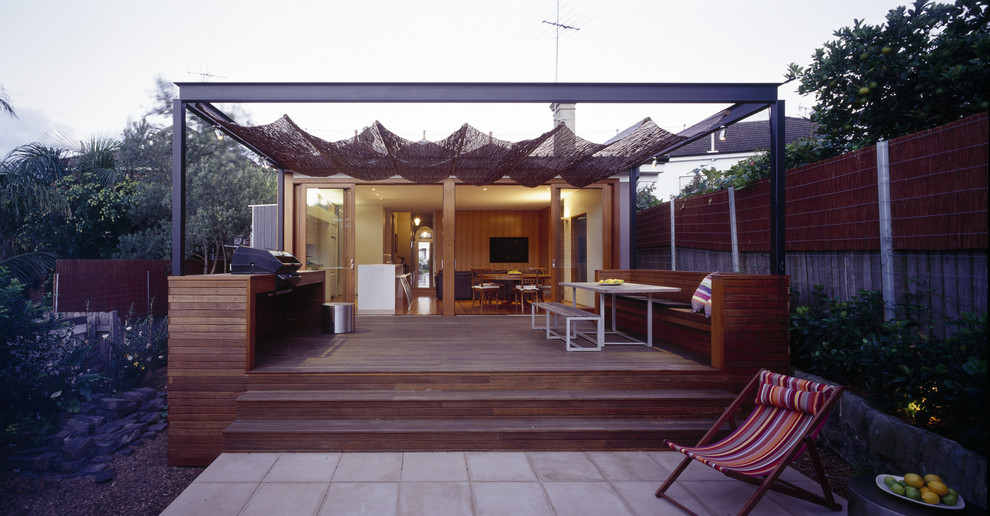Design ideas for a small contemporary deck in Sydney.