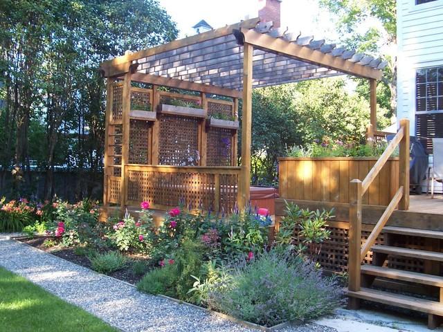 Cour arri re avec patio classique terrasse en bois for Patio exterieur arriere