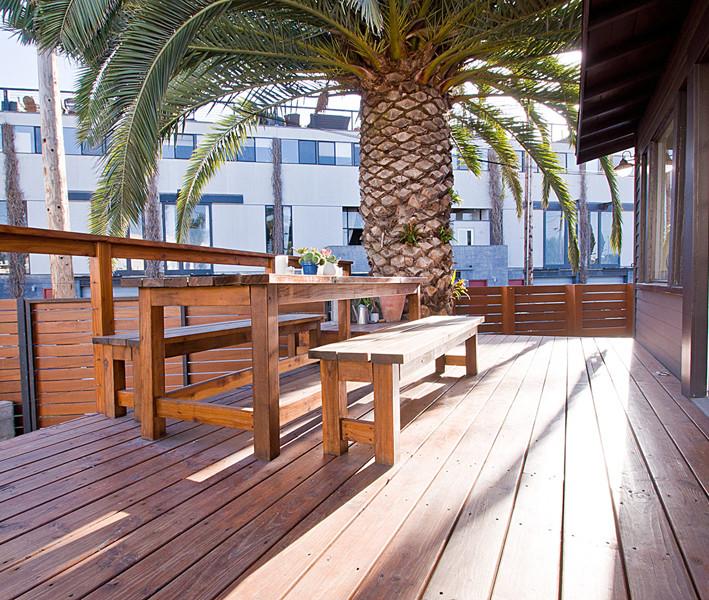 Deck - contemporary deck idea in Los Angeles