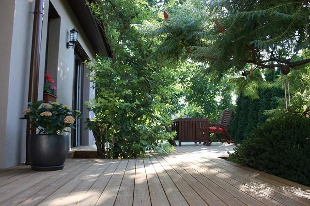 Fa terasz a természet ölelésében contemporary-deck