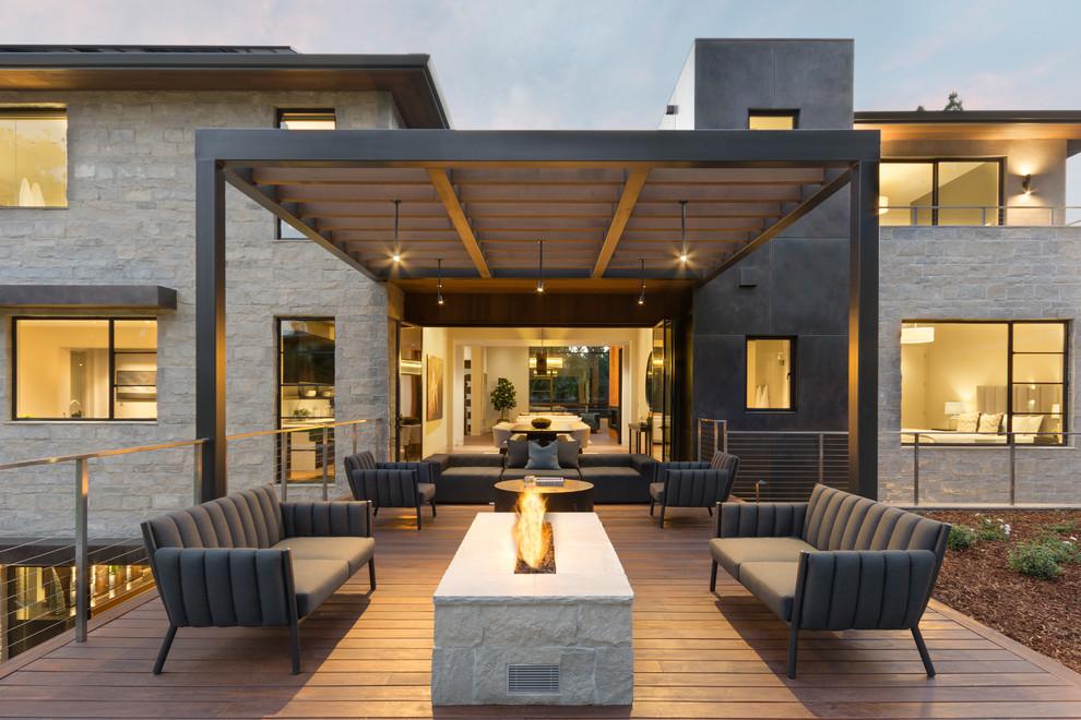 Ejemplo de terraza actual, sin cubierta, en patio trasero, con brasero