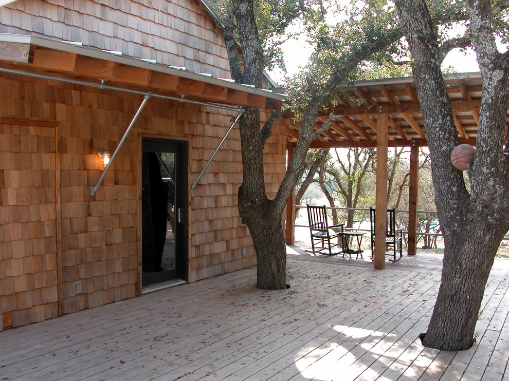 Example of a mountain style deck design in Austin