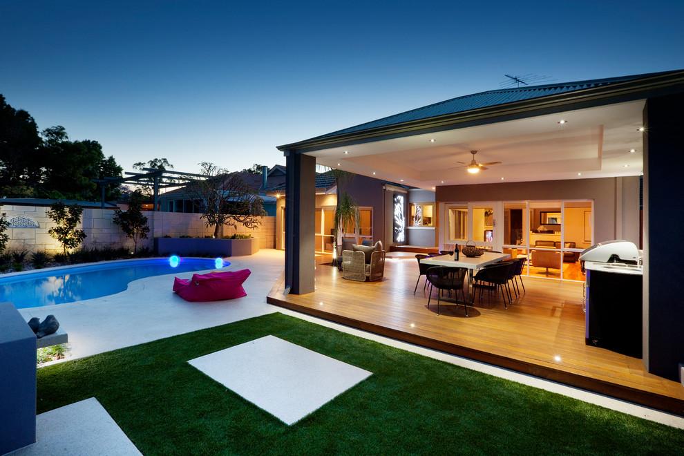 Design ideas for a contemporary deck in Perth.
