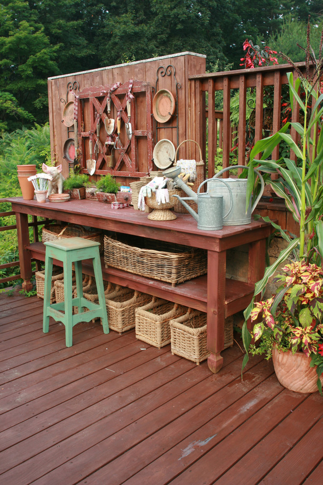 Example of a cottage chic deck design in New York