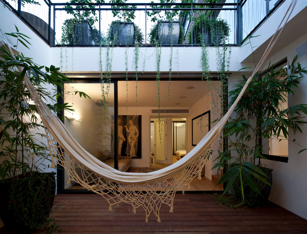 Example of a mid-sized courtyard deck design in Tel Aviv