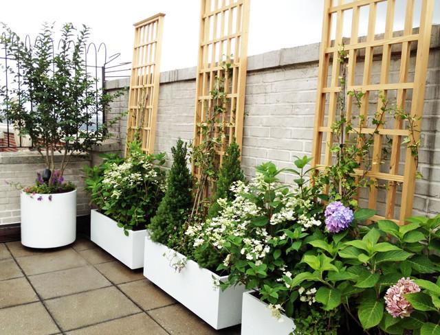 Manhattan roof garden white planters terrace deck paver for Decking terrace garden