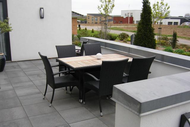 stvendt morgen terrasse med lille mur. Black Bedroom Furniture Sets. Home Design Ideas