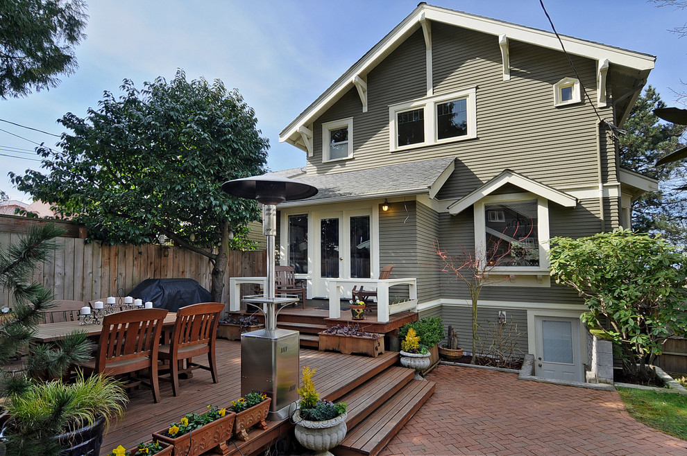 Inspiration for a timeless backyard deck remodel in Seattle