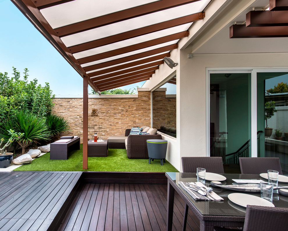 Inspiration for a contemporary deck remodel in Singapore