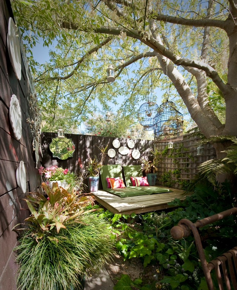 Example of a small cottage chic courtyard deck design in Perth