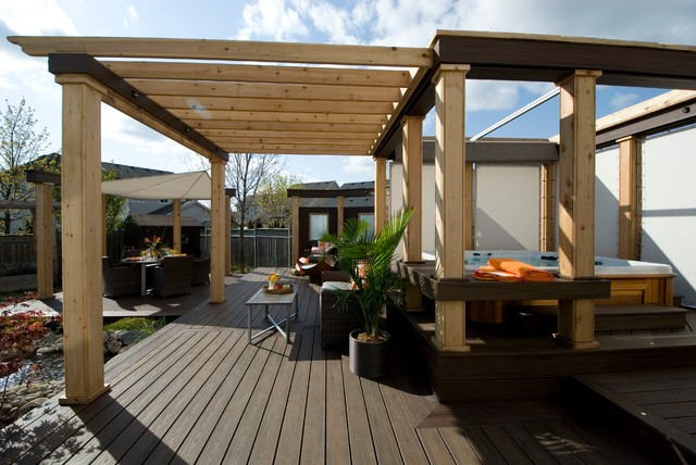 Transitional deck photo in Toronto