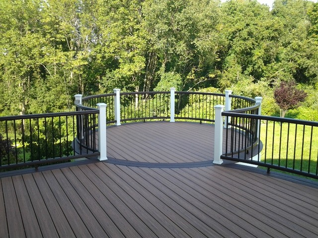 Trex Deck With White Rail With Black Aluminum Balusters