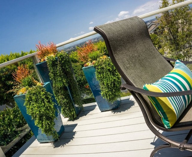 Transitional deck photo in Orange County