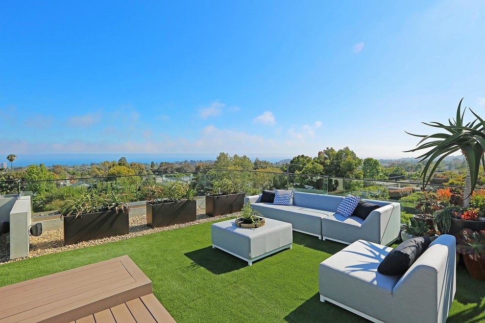 Example of a large minimalist rooftop water fountain deck design in Los Angeles with no cover