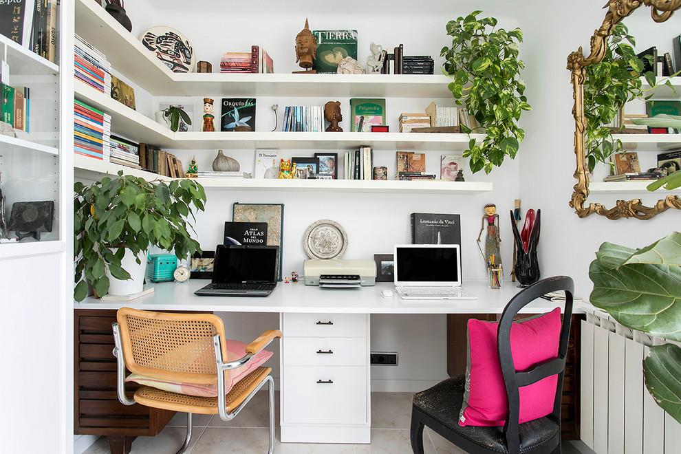 Diseño de despacho exótico, de tamaño medio, sin chimenea, con paredes blancas y escritorio empotrado
