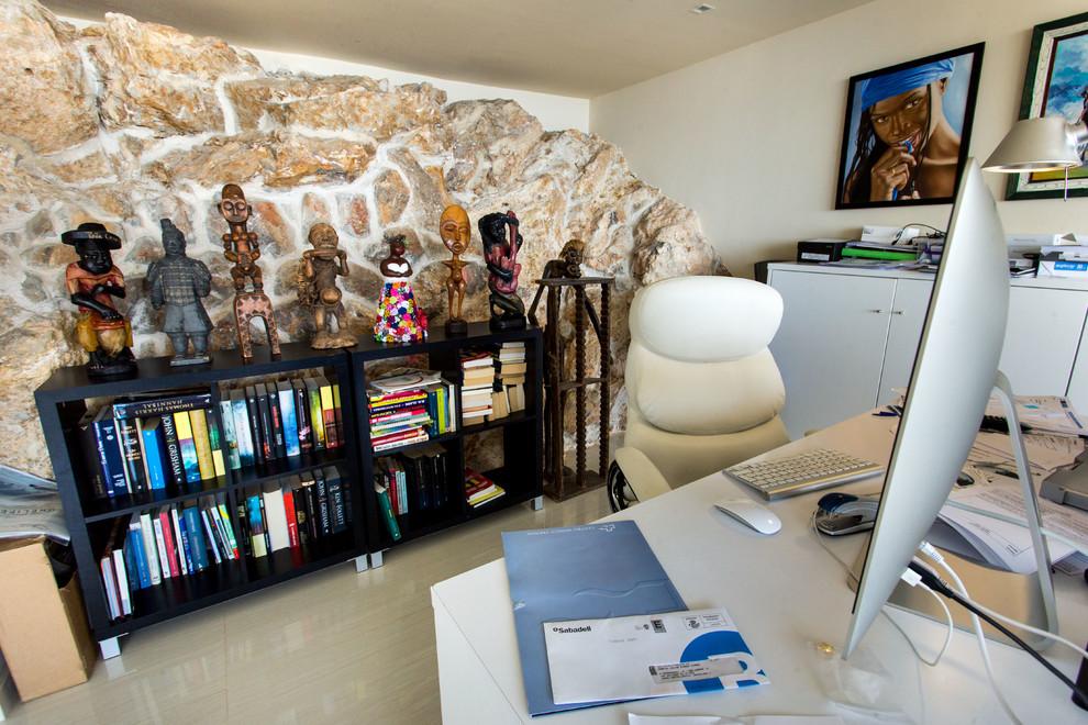 Foto de despacho exótico, pequeño, sin chimenea, con paredes beige y escritorio independiente