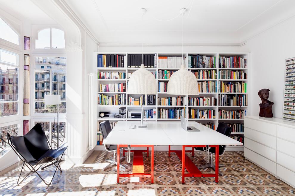 Foto de despacho contemporáneo, de tamaño medio, sin chimenea, con paredes blancas, escritorio independiente y suelo de baldosas de cerámica