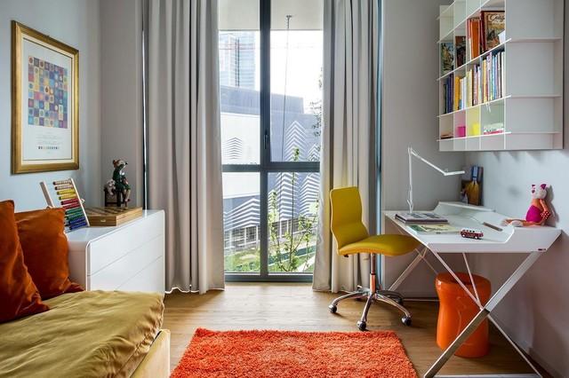 Idee per una cameretta per bambini design di medie dimensioni con pareti bianche, pavimento in legno massello medio e pavimento marrone