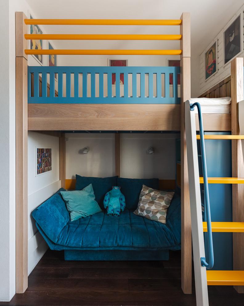 Ejemplo de dormitorio infantil de 4 a 10 años, actual, con paredes blancas, suelo de madera oscura y suelo marrón
