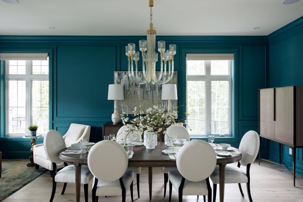 Idée de décoration pour une grand salle à manger ouverte sur le salon tradition avec un mur bleu, un sol en bois clair, aucune cheminée et un sol beige.